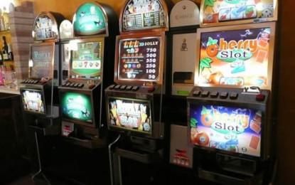 Slot, ludopatia in aumento, a rischio oltre tremila giovanissimi. Ecco il vero costo della proroga delle licenze