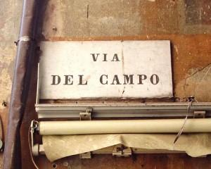 I travestiti, scatti nell'antico ghetto ebraico del centro storico genovese