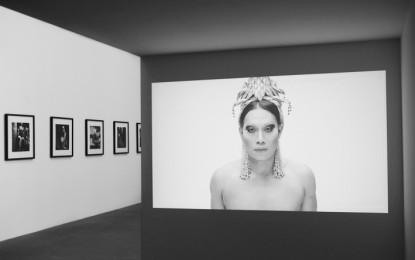 Drag queen e identità di genere: Villa Croce, mostra di Vera Comploj