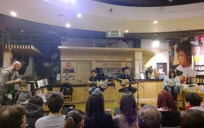 """Zen Circus alla Feltrinelli, """"Canzoni contro la Natura"""": Ufo e Appino improvvisano il duo"""