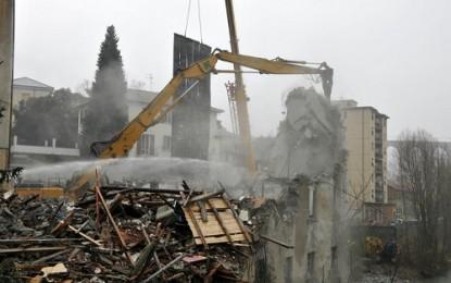 """Pontedecimo, demolito il palazzo costruito sul fiume. Spazio ai mezzi del Terzo Valico nella """"valle militarizzata"""""""