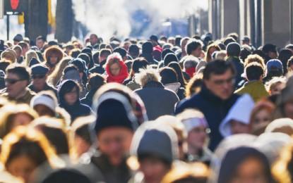 Le masse e la formazione del giudizio politico: il conformismo come strumento del potere