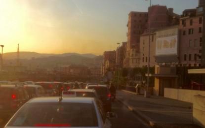 Traffico a Genova, poche auto e troppi scooter. E in 7 anni meno 66 mila posti al giorno sui bus