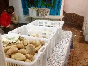 I pacchi alimenti per i poveri di Sant'Egidio