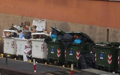 Emergenza rifiuti a Boccadasse. Municipio e Amiu: «Ci impegniamo a migliorare la situazione»