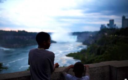 """Niagara Falls, dove l'acqua unisce il cielo e la terra e l'uomo ritorna ad essere """"minuscolo"""""""