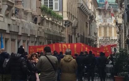 Amiu, le reazioni dei lavoratori durante il presidio sotto Palazzo Tursi. «Il peccato originale è la privatizzazione»