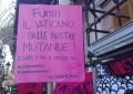 «Fuori il Vaticano dalle nostre mutande». Dal presidio sotto il Galliera si alza il grido per la difesa dei diritti delle donne. E non solo