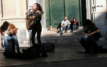 """Artisti di Strada, in arrivo il nuovo regolamento: Genova riconosce il valore dei """"buskers"""". Dubbi su sistema prenotazioni per luoghi di interesse"""