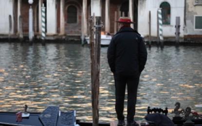 Perdersi a Venezia, in un labirinto galleggiante di umanità e storia. Gli scatti rubati e i vicoli ciechi delle persone