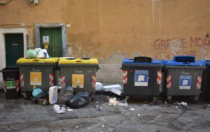 Il centro storico soffoca: aumentano i rifiuti ma diminuiscono gli spazzini
